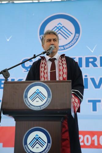 Öğrenci Konseyi Başkanın Adnan Taha Tuğrul'un sonrasında konuşan Çankırı Karatekin Üniversitesi Rektör V. Prof. Dr. Rıza Gürbüz09 Mayıs tarihinde başlayıp, bugün 14 Mayıs tarihinde mezuniyet töreni ile tamamlanacak olan Üniversitemizin 9. Bilim Kültür ve Sanat Festivaline hoş geldiniz. Tüm davetlileri ve öğrencilerimizi Üniversitemizin Rektörü Prof. Dr. Ali İbrahim Savaş adına saygı ve hürmetle selamlıyorum.Üniversitelerin 3 asli görevi vardır. Bunlardan birincisi Eğitim-Öğretim, İkincisi Araştırma-Geliştirme, Üçüncüsü ise bölgenin ve ülkenin maddi, sanat, kültür alanlarında gelişimine paydaş kurum ve kuruluşlar ile işbirliği için de katkı sağlamaktır.