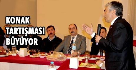 Çankırı'ya yapılacak yeni hükümet konağı yeri ile ilgili tartışmalar farklı bir boyut kazandı. Çankırı Esnaf ve Sanatkârlar Kredi ve Kefalet Kooperatifi Başkanı Necati Akdoğan'ın düzenlediği  hükümet binasının nereye yapılacağı ile ilgili toplantıya Belediye Başkanı İrfan Dinç, Milletvekili Hüseyin Filiz,  MHP İl Başkanı Yusuf Naci Bayındır, CHP İl Başkanı Fikret Tatlıcı ile STK temsilcileri katıldı. Vali Vahdettin Özcan ve Milletvekili İdris Şahin'in toplantıya çağrılmaması dikkat çekti. Toplantıdan çıkan karada ise Yeni Valilik Binasının Ahmet Yesevi camiinin yanına yapılması gibi absürt bir karar çıktı.