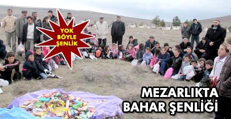 Bu Şenlik Mezarlıkta Düzenleniyor Çankırı'nın Orta ilçesine bağlı Yaylakent beldesinde, yaklaşık 450 yıldır geleneksel olarak kutlanan