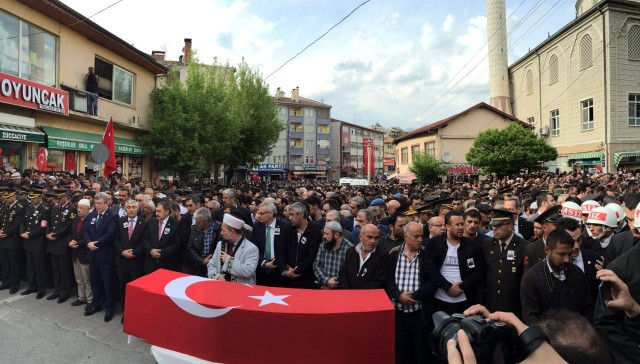 Şırnak'ta dün gerçekleşen hain saldırıda şehit düşen Jandarma  Özel  Harekat Assubay Kd. Üst Çvş. Serdal Uyanık (31), Çankırı'nın Ilgaz ilçesinde binlerce kişinin katıldığı törenle  son yolculuğuna uğurlandı.