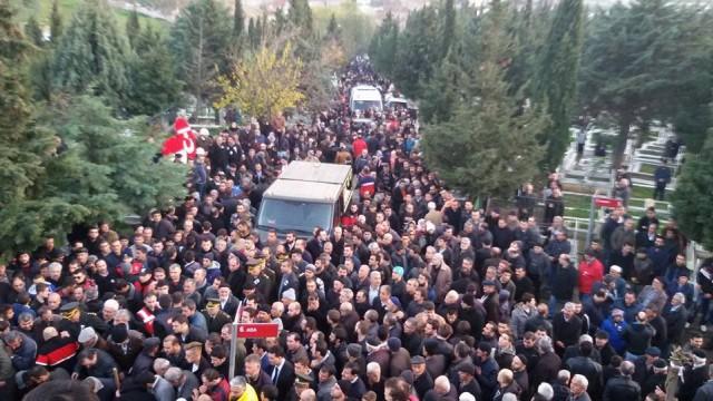 Diyarbakır'ın Sur ilçesinde terör örgütü PKK mensuplarına yönelik operasyonda şehit olan Jandarma Uzman Çavuş Yaşar Yeniören'in Türk bayrağına sarılı naaşı, Pendik'teki Dumankaya Camisi'ne getirilerek, burada musalla taşına konuldu.