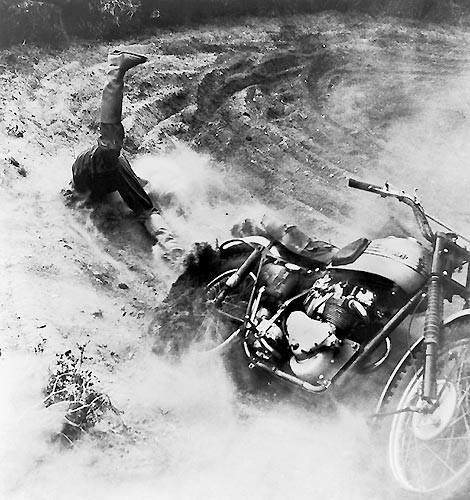 1955 Mogens von Haven, Danimarka. 28 Ağustos 1955'te çekilen bu fotoğrafta bir yarışmacı motokros şampiyonasında motosikletinden düşerken görüntülendi.