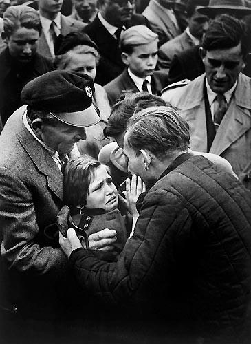 1956 Helmuth Pirath, Almanya.  İkinci Dünya Savaşı'nda Sovyetler Birliği'ne esir düşmüş bir Alman yıllar sonra kızıyla buluşuyor