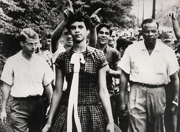 1957 Douglas Martin, ABD. ABD'de sadece beyaz öğrencilerin devam ettiği Harry Harding Lisesi'ne kabul edilen ilk siyah öğrencilerden Dorothy Counts'ın okuldaki ilk günü. Tacizlere sadece 4 gün dayanabilmişti