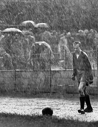 1958 Stanislav Tereba, Çekoslovakya Sparta Prag ve Bratislava arasındaki şampiyonluk maçından bir kare. Fotoğrafçı bu kareyi çektiğinde henüz 20'sindeydi.