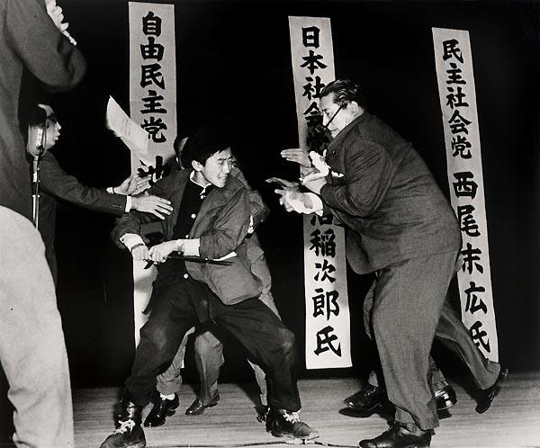 1960 Yasushi Nagao, Japonya 12 Ocak 1960. Sağcı öğrenci, Japon Sosyalist Parti lideri Asanuma'yı öldürmeden saliseler önce..