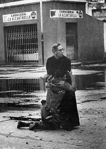 1962 Héctor Rondón Lovera, Venezuella Sniper tarafından vurulan bir asker son anlarında papaza tutunuyor....