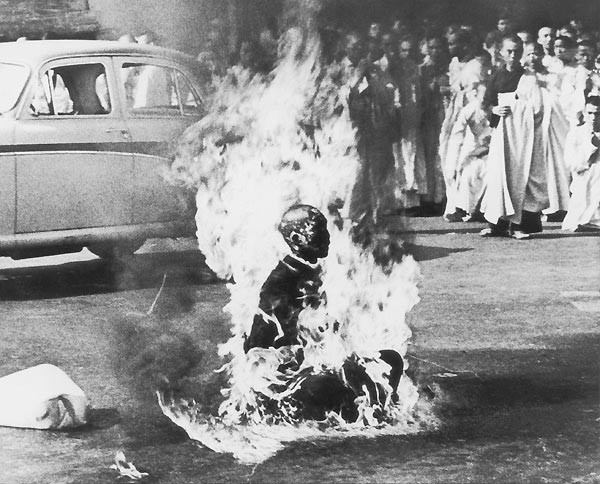 1963 Malcolm W. Browne, ABD Budist rahip Thich Quang Duc, Güney Vietnam Hükümeti'nin din adamlarına eziyet etmesini kendini yakarak protesto ediyor. Rahip yanarak ölürken hiç ses çıkarmadı ve kıpırdamadı
