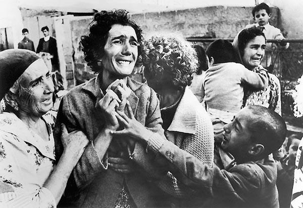 1964 Donald McCullin, İngiltere Kıbrıs'ta bir Türk kadın Rumlar tarafından öldürülen kocasının yasını tutuyor. Olaydan çok etkilenen İngiliz McCullin, olaya fotoğrafçı gözüyle baktığı ve bir sosyal görevli gibi yardım edemediği için suçluluk duyduğunu itiraf ediyor.