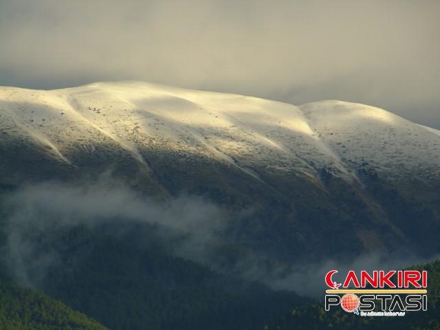 Çankırı Postası Ilgaz Muhabiri Ali Rıza İpek, Ilgaz dağının zirvesini beyaza bürüyen eşsiz manzarayı objektifiyle görüntüledi.