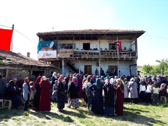 Türkiye - Irak sınırında, Hakkari'nin Yüksekova ilçesi karşısındaki Kani Rash bölgesinde bölücü terör unsurlarının saldırısında şehit olan Piyade Uzman Çavuş Mustafa Yorulmaz (29), memleketi Çankırı'da düzenlenen törenin ardından toprağa verildi.