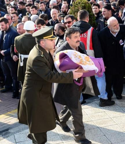 Diyarbakır'ın Sur ilçesinde terör örgütü PKK mensuplarına yönelik operasyonda şehit olan Jandarma Uzman Çavuş Yaşar Yeniören'in cenazesi, İstanbul'da toprağa verildi.