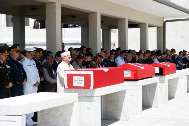 Van'da PKK'lı teröristlerle çıkan çatışmada şehit düşen Jandarma Uzman Çavuş Özgür Kara ve Mardin'de teröristlerin el yapımı patlayıcıyı uzaktan kumandayla infilak ettirmeleri sonucu şehit olan askerlerden Piyade Astsubay Üstçavuş Erhan Yıldırım'ın cenazeleri, Ankara Kocatepe Camisi'nden son yolculuklarına uğurlandı.