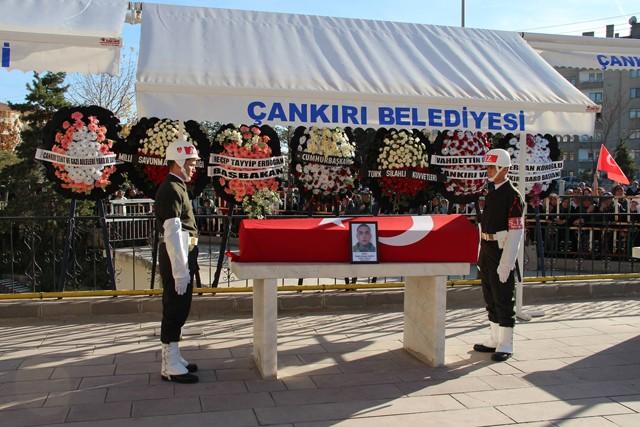 Kılınan cenaze namazının ardından bir süre Bando eşliğinde götürülen cenaze daha sonra cenaze aracına bindirildi.