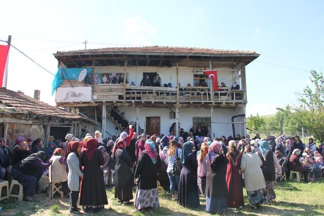 Şehit Piyade Uzman Çavuş Mustafa Yorulmaz'ın cenazesi ikindi namazı sonrası kılınan cenaze namazının ardından gözyaşları arasında köy mezarlığında toprağa verildi.