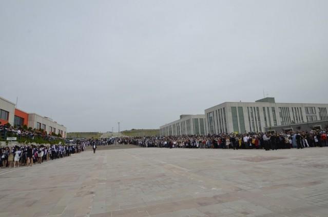 Rektör Vekili Prof. Dr. Rıza Gürbüz Başkanlığında, Dekan ve müdürler ile mezun öğrencilerin tören geçişi ile başladı.