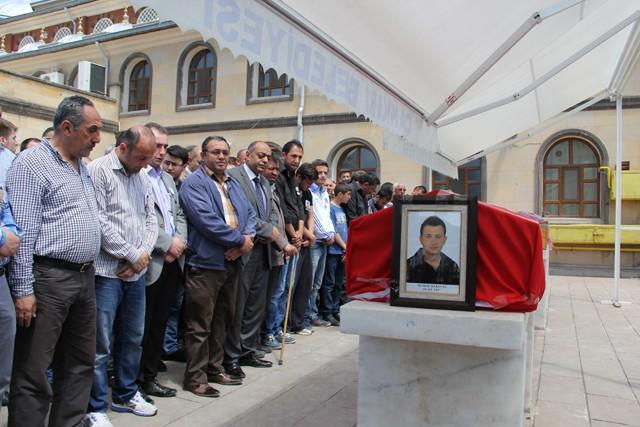 Karayel'in cenaze namazını dedesi  Büyük Cami emekli imamı Hidayet Özkan kıldırdı. Daha sonra Karayel'in Türk bayrağına sarılı tabutu bir süre omuzlarda götürülerek cenaze aracına konuldu.