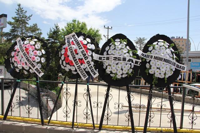 Karayel'in cenazesi  gözyaşları ve dualar arasında Sarıbaba mezarlığındaki aile kabristanında toprağa verildi.