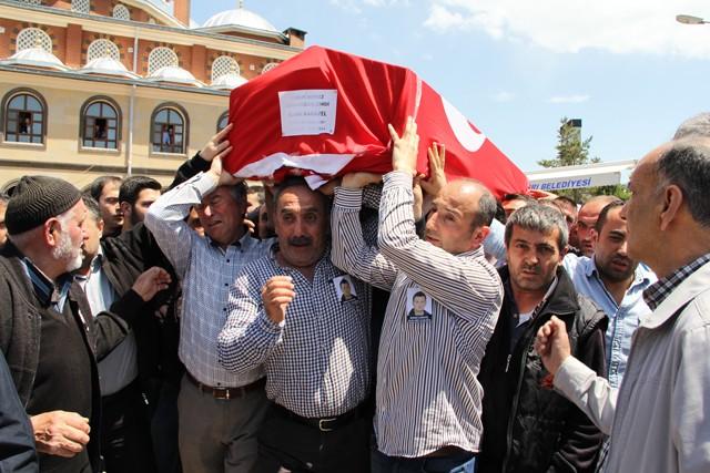 Soma'da ki maden faciasında karbonmonoksid zehirlenmesi sonucu hayatını kaybeden madenciler arasında yer alan Maden Mühendisi Burak Karayel (27) son yolculuğuna uğurlandı.