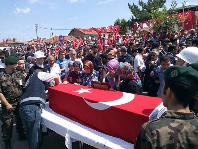 Şehit Yahya Mertcan'ın cenazesi ilk olarak imam emeklisi olan dedesi Ali Yavuz Cşkuner'in evinin önüne getirilerek hellalik dilendi.  Mertcan'ın anneannesi, annesi ve kız kardeşi naaşın getirilişi sırasında fenalık geçirdi.  İlçeye Mertcan'ın şehit olduğu haberinin gelmesi ile birlikte binalar ve araçlar Türk bayrakları ile donatıldı.