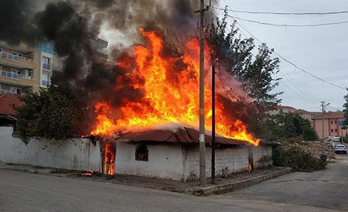 Aksu mahallesinde metruk ev cayır cayır yandı!