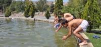 Tatile Gidemeyen Çocuklar, Süs Havuzunda Serinledi