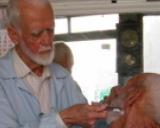 85 yaşında ama eli hala ustura tutuyor!