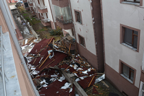 Ilgaz'da şiddetli fırtına evin çatısını uçurdu