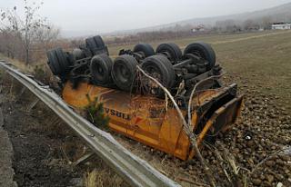 Çankırı'da pancar yüklü kamyon devrildi: 1...