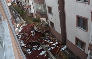Ilgaz'da şiddetli fırtına evin çatısını...