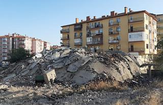 Çankırı'da 35 yıllık binanın yıkım anı...