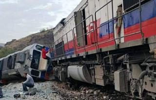 Kalecik'te iki tren çarpıştı: 2 makinist hayatını...