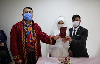 Evlendirme memuru yâran kıyafeti ile nikâh kıydı