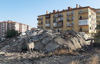 Çankırı'da 35 yıllık binanın yıkım anı kameralara yansıdı!