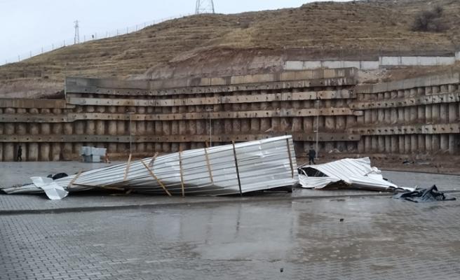 Çankırı'da Valilik binasının çatısı uçtu!