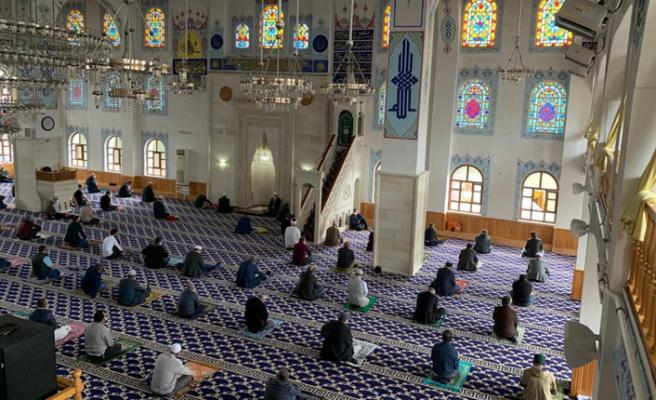 Camiler cemaatine kavuştu, 74 gün sonra cuma namazı kılındı