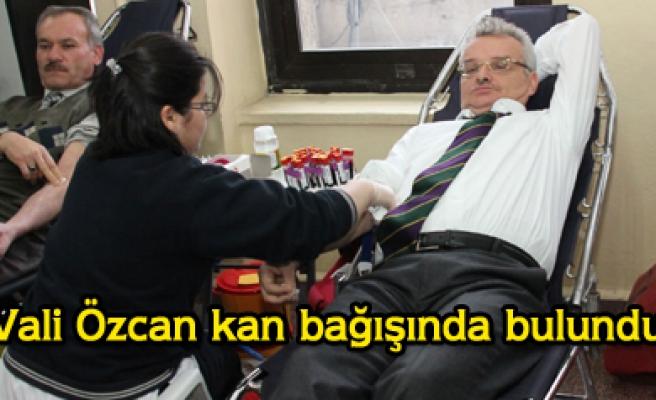 Vali Özcan kan verme kampanyasına katıldı