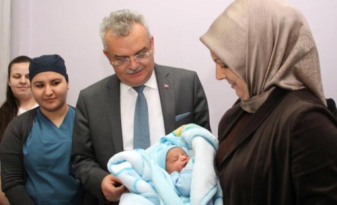 Vali Özcan'dan 2013 Yılında dünyaya gelen son bebeği ziyaret