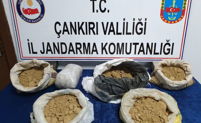 Uyuşturucuyu Jandarma detektör köpeği çakıl buldu!