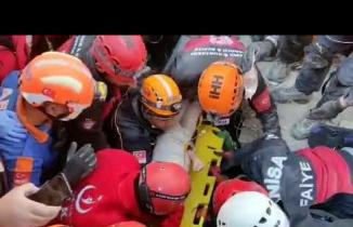İzmir depreminde Ayda'nın kurtarılma anı!